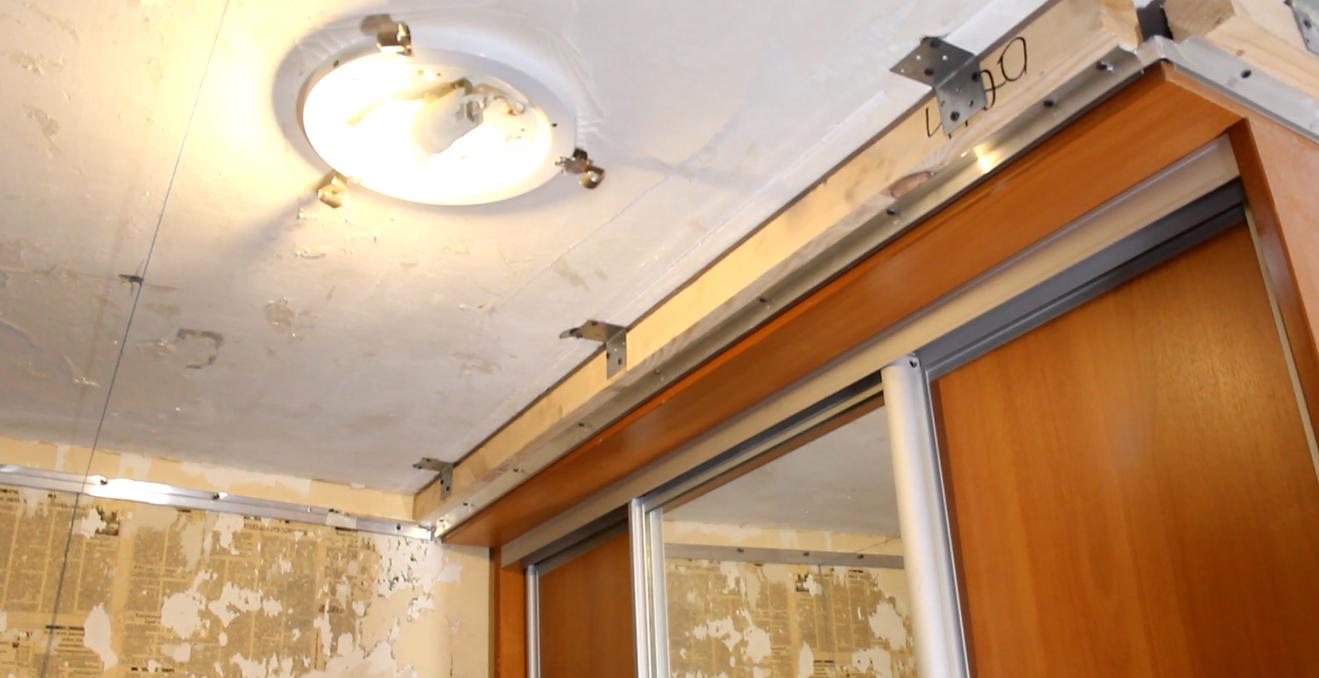Закладной брус закреплён с помощью металлических строительных уголков к потолку