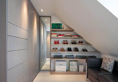 Модули гардеробной установлены вдоль прямой части помещения.