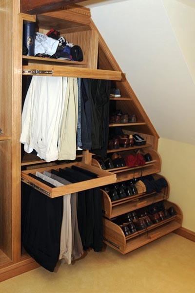 Модуль гардеробной упирается боком в скос помещения.