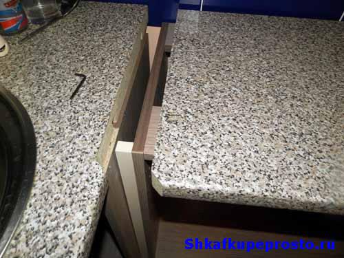 Проверка правильности изготовления стыка перед стягиванием столешниц.