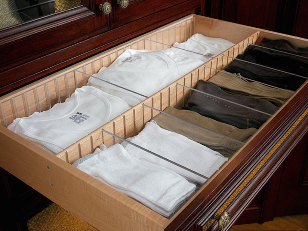 Ящик в комоде с внутренними разделителями из оргстекла