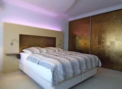 Шкафы купе со вставками из искусственной кожи Сибу Collage Oro.