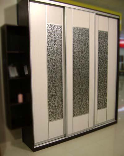 Шкафы купе со вставками из искусственной кожи.
