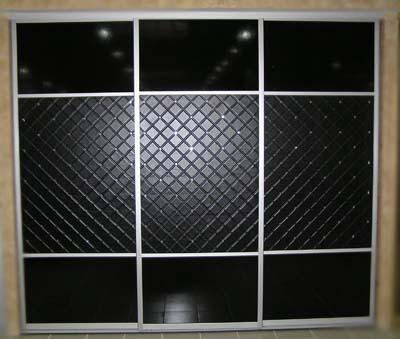 Шкаф купе со вставками из искусственной кожи Сибу Rombo Nero.