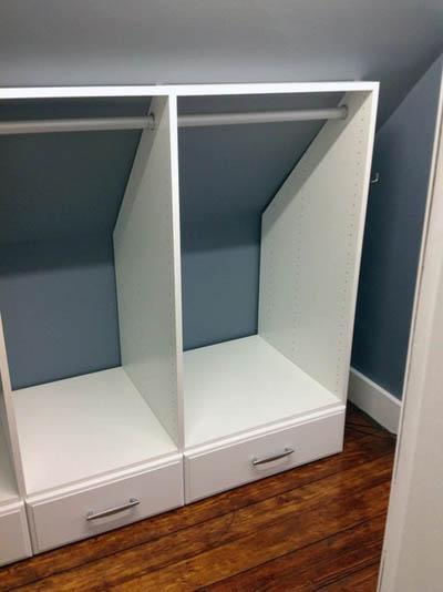 Модули гардеробной установлены под скос мансарды.