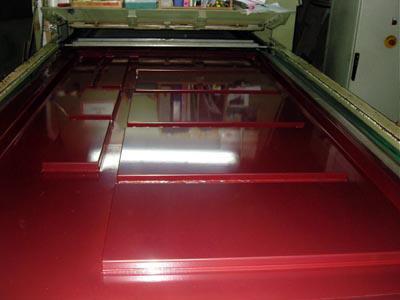 МДФ покрыто высоко глянцевой пленкой цвета бордо.
