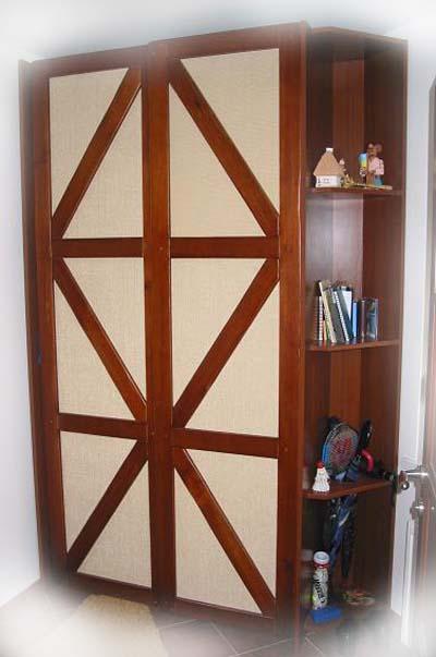 Шкаф с дверьми оформленные элементами фахверк.