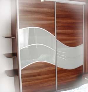 Криволинейные вставки покрытые шпоном на дверях шкафа купе.