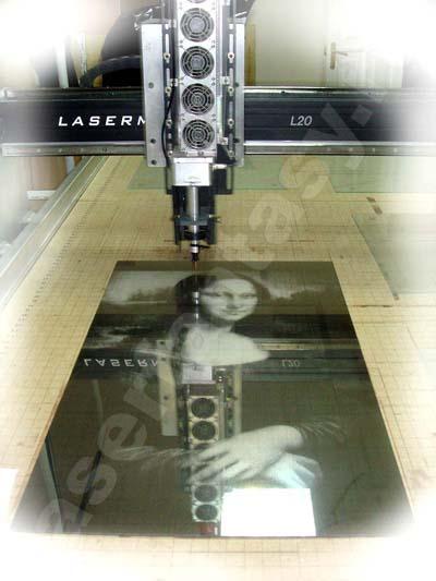 Установка для лазерной гравировки стекла.