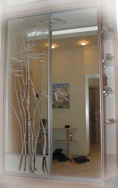 Матовый рисунок при пескоструйной обработке зеркал шкафа купе.