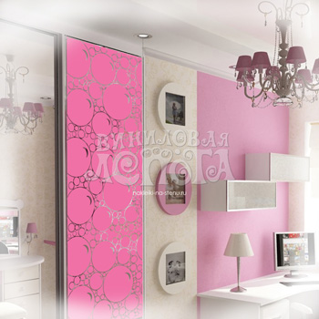 Двери шкафа купе декорированы наклейками.