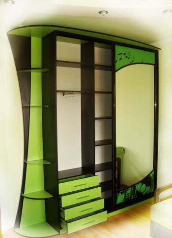 Дизайнерский шкаф купе с радиусными полками, двери купе с изогнутым профилем.