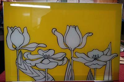 Пример росписи на стекле в весёлом желтом цвете.