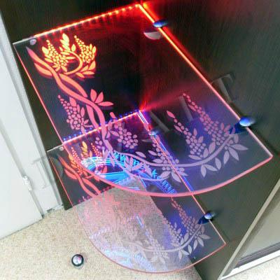 Подсветка стеклянной полки с пескоструйным рисунком.