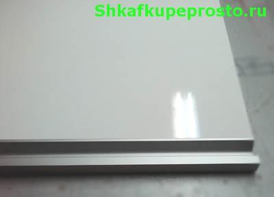 Ручка установлена в торец фасада ящика.