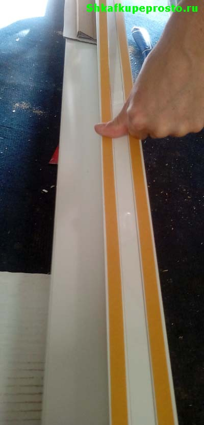 Наклеиваем двухстороннюю липкую ленту на боковую стенку шкафа купе.
