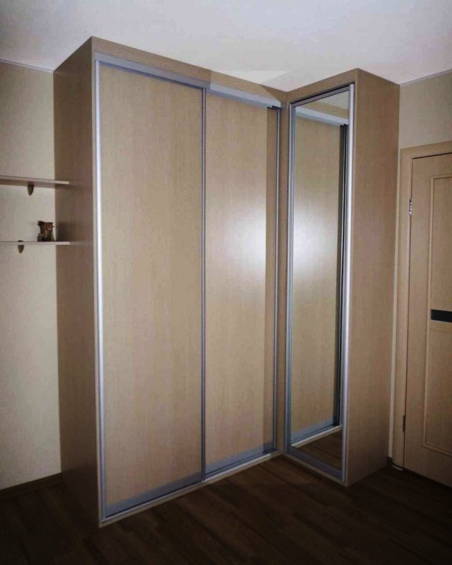 Угловой шкаф купе с распашной и раздвижными дверьми.