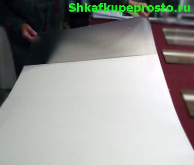 Отделение пленки от бумажной подложки.