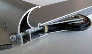 Крепление нижнего ролика при сборке двери купе.