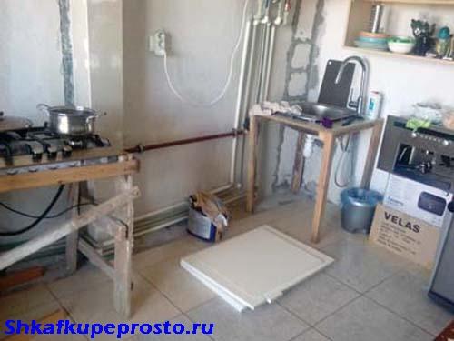 Для установки варочной поверхности, мойки использованы подручные мебельные изделия.