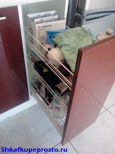 Тумба с корзиной для посуды.