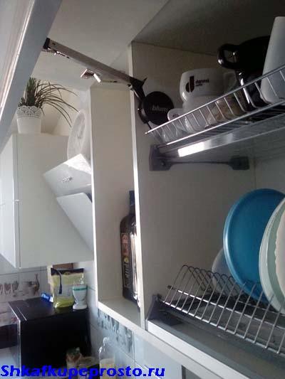 Механизм Aventos HF установлен на перегородку шкафа.