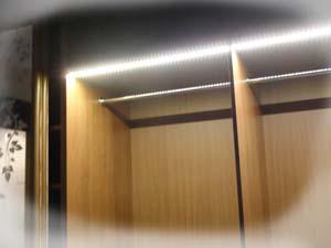 Подсветка светодиодной лентой шкафа купе внутри.
