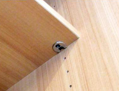 Надежное крепление полок в шкафу купе.