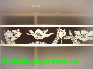 """Ручная роспись """"Тюльпаны"""" на стеклянных вставках дверей шкафа купе."""